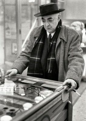 willy-ronis-brassac3af-playing-pinball-1954-283x400_7_.jpg